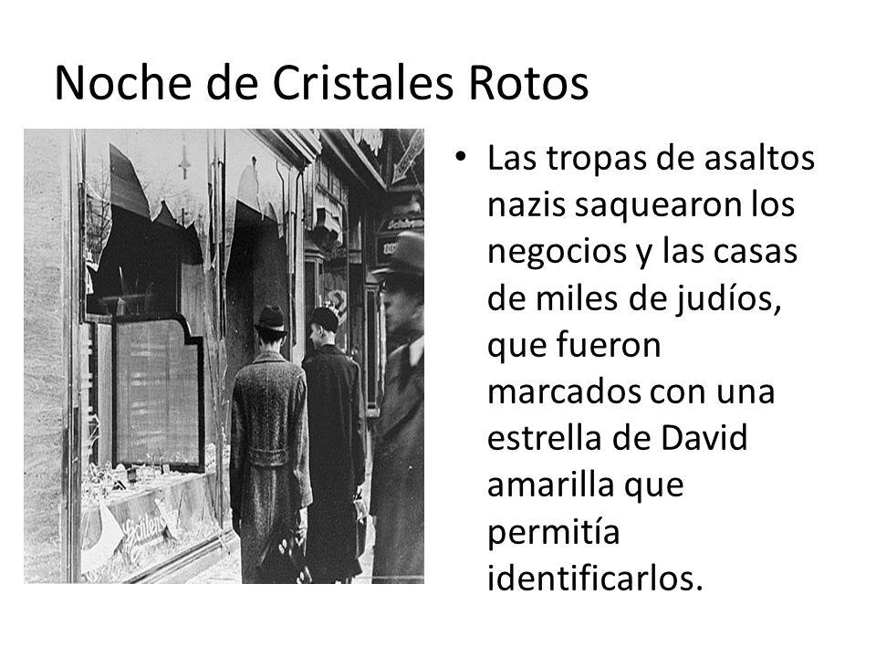 Noche de Cristales Rotos Las tropas de asaltos nazis saquearon los negocios y las casas de miles de judíos, que fueron marcados con una estrella de David amarilla que permitía identificarlos.