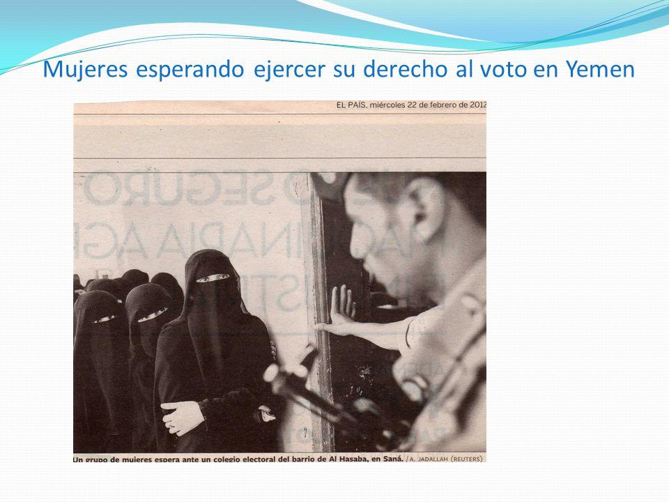 Mujeres esperando ejercer su derecho al voto en Yemen
