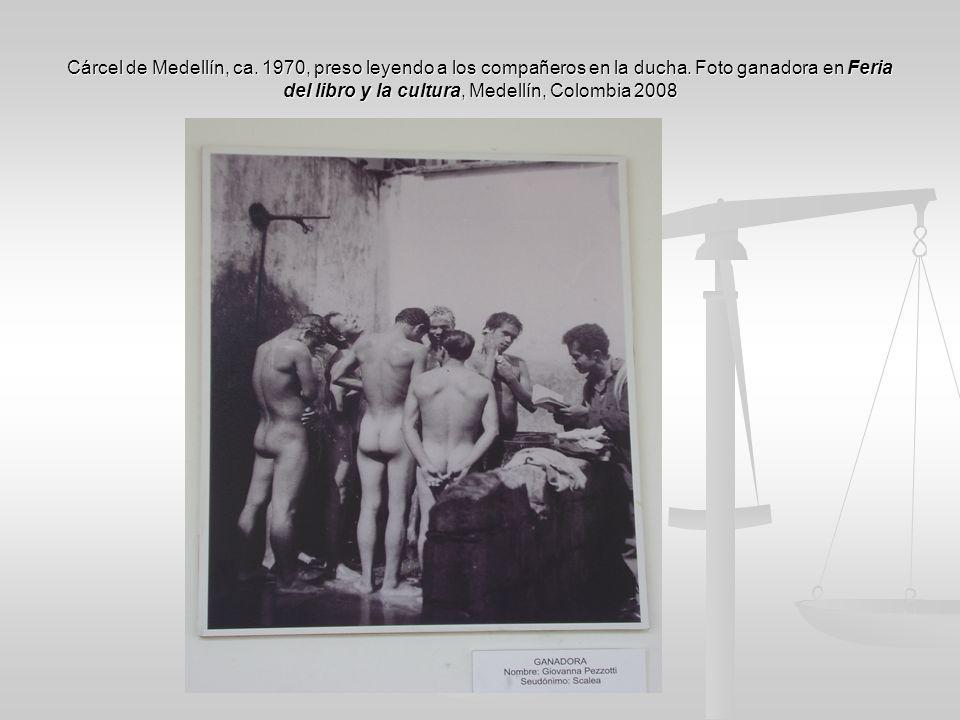 Cárcel de Medellín, ca. 1970, preso leyendo a los compañeros en la ducha. Foto ganadora en Feria del libro y la cultura, Medellín, Colombia 2008