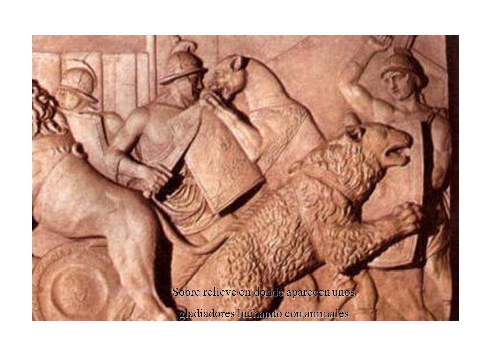 Sobre relieve en donde aparecen unos gladiadores luchando con animales