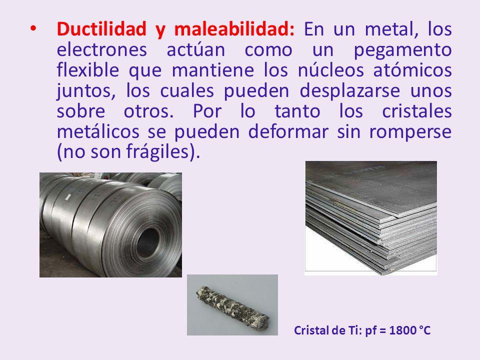 Ductilidad y maleabilidad: En un metal, los electrones actúan como un pegamento flexible que mantiene los núcleos atómicos juntos, los cuales pueden desplazarse unos sobre otros.