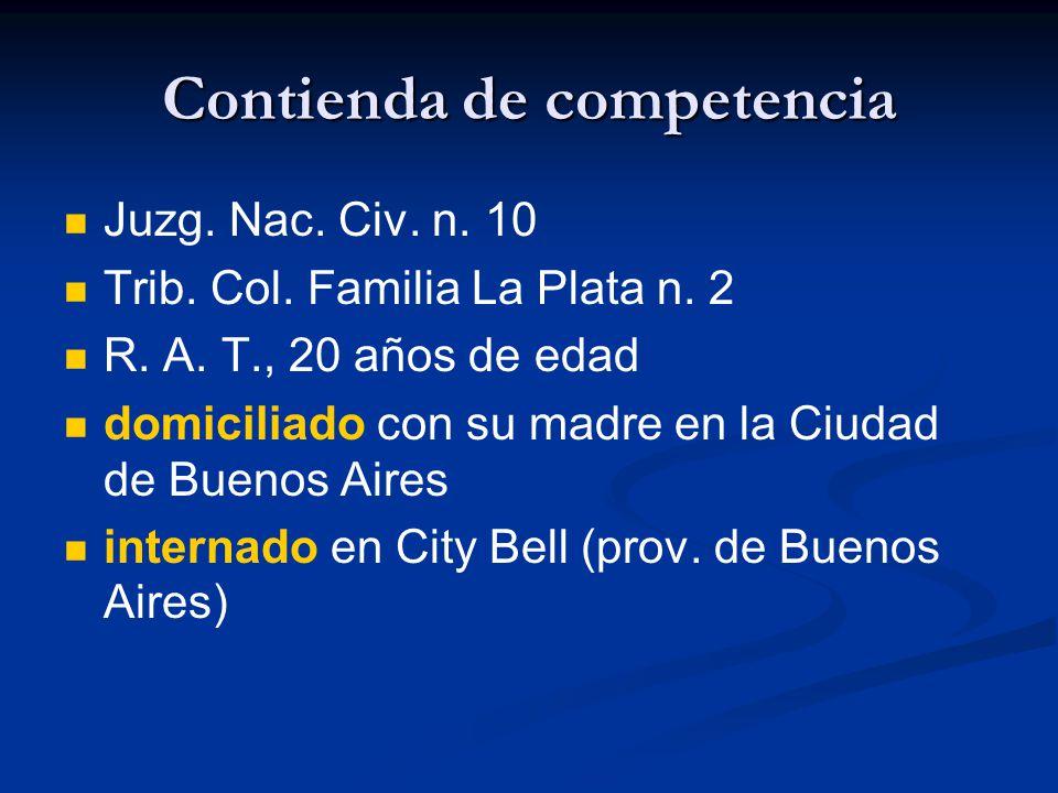Contienda de competencia Juzg. Nac. Civ. n. 10 Trib. Col. Familia La Plata n. 2 R. A. T., 20 años de edad domiciliado con su madre en la Ciudad de Bue