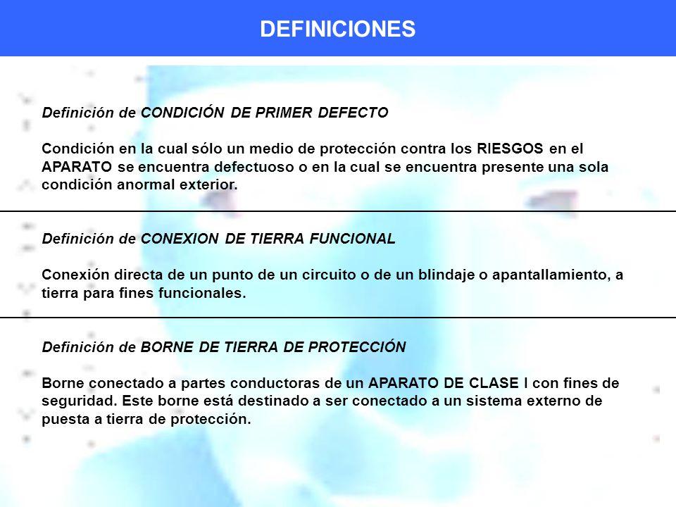 DEFINICIONES Definición de CONDICIÓN DE PRIMER DEFECTO Condición en la cual sólo un medio de protección contra los RIESGOS en el APARATO se encuentra defectuoso o en la cual se encuentra presente una sola condición anormal exterior.