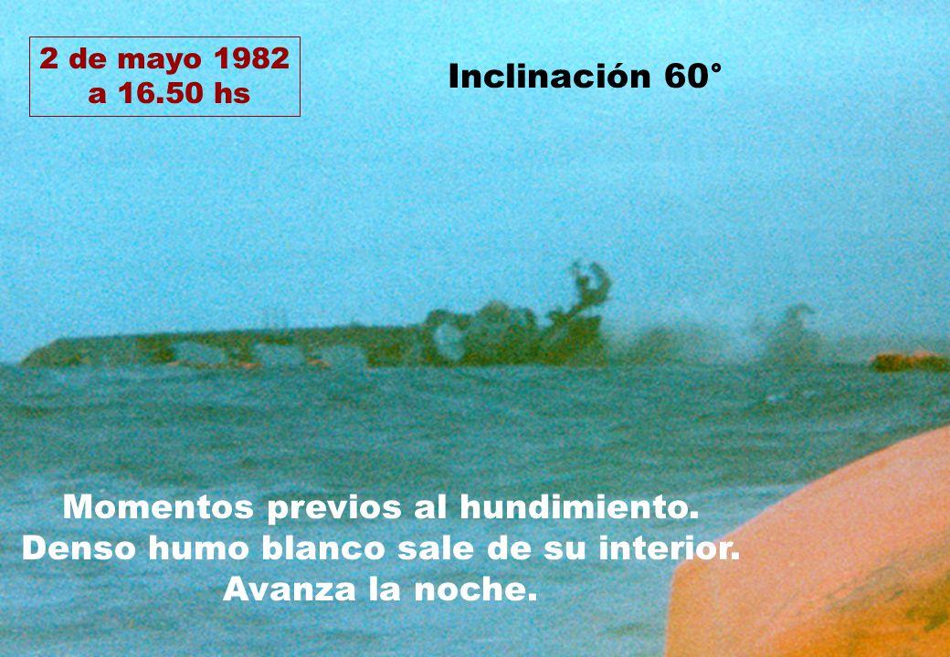 2 de mayo 1982 a 16.50 hs Momentos previos al hundimiento. Denso humo blanco sale de su interior. Avanza la noche. Inclinación 60°