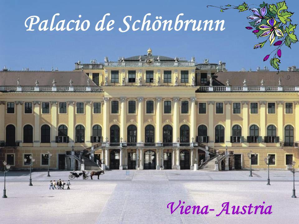 Hoy, los visitantes de Schönbrunn, admiran sus tesoros recor- dando a la bella Sissi, emperatriz de Austria y reina de Hun- gría, cuando Viena era la capital más elegante de Europa.