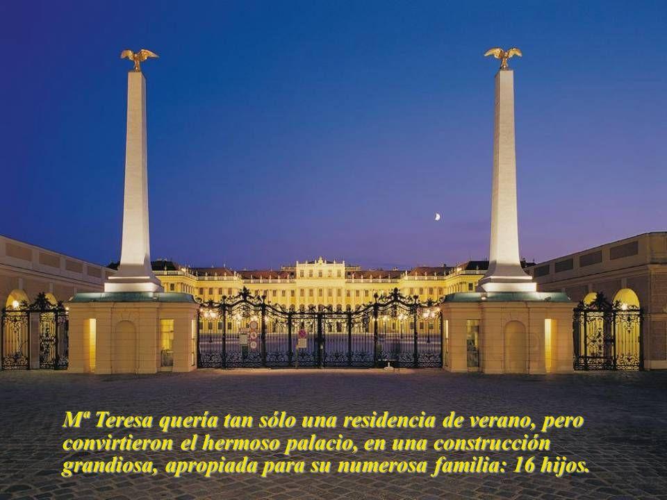 Mª Teresa quería tan sólo una residencia de verano, pero convirtieron el hermoso palacio, en una construcción grandiosa, apropiada para su numerosa familia: 16 hijos.