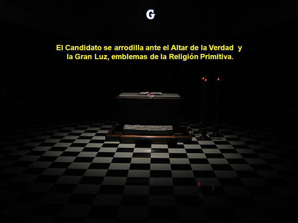 El Candidato se arrodilla ante el Altar de la Verdad y la Gran Luz, emblemas de la Religión Primitiva.