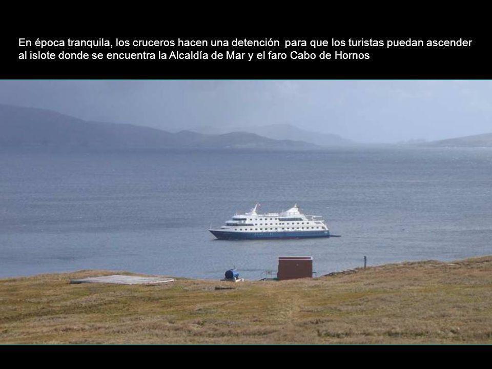 En época tranquila, los cruceros hacen una detención para que los turistas puedan ascender al islote donde se encuentra la Alcaldía de Mar y el faro C