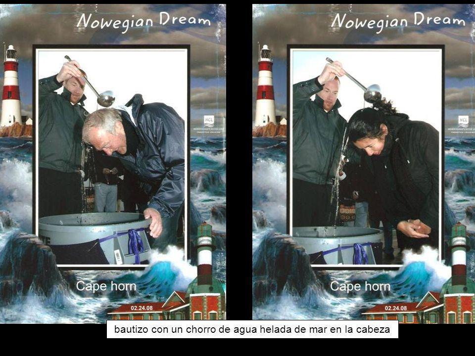 recibiendo el bautizo de agua helada en la cabeza bautizo con un chorro de agua helada de mar en la cabeza