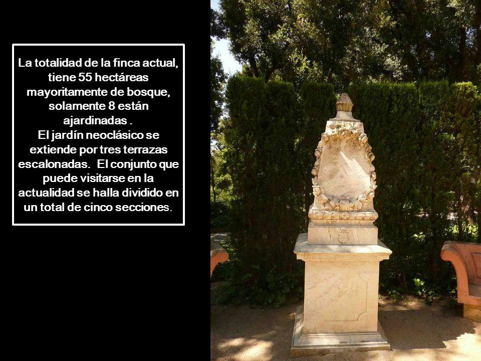 A lo largo de los paseos por el jardín se van encontrando piezas escultóricas, algunas con motivos de la mitología griega y otros con motivos rústicos