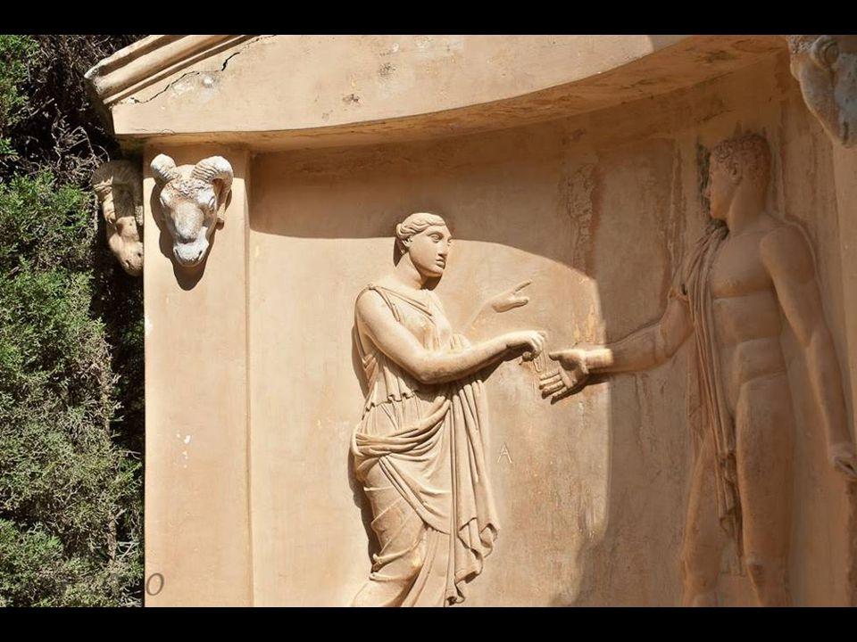 Relieve a la entrada del laberinto con la escena de Ariadna entregando el ovillo de lana a Teseo.