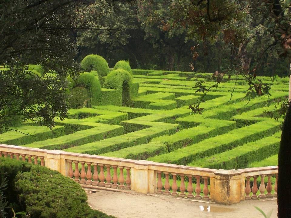 En la terraza inferior se encuentra el laberinto vegetal que da nombre al parque, formado por 750 metros de cipreses recortados.