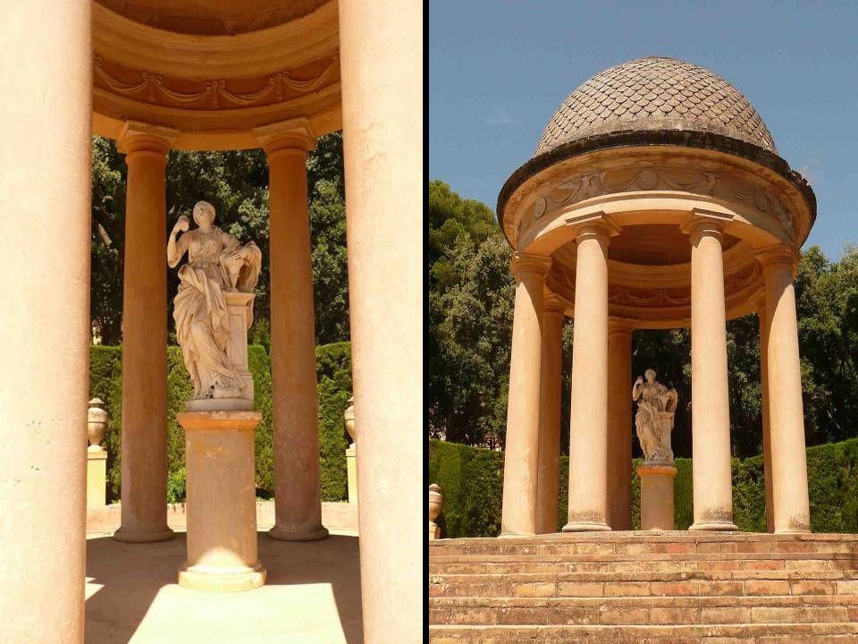 En la terraza intermedia, que se alza sobre el laberinto, destacan dos templetes circulares de estilo clásico y orden toscano con las estatuas de Dána