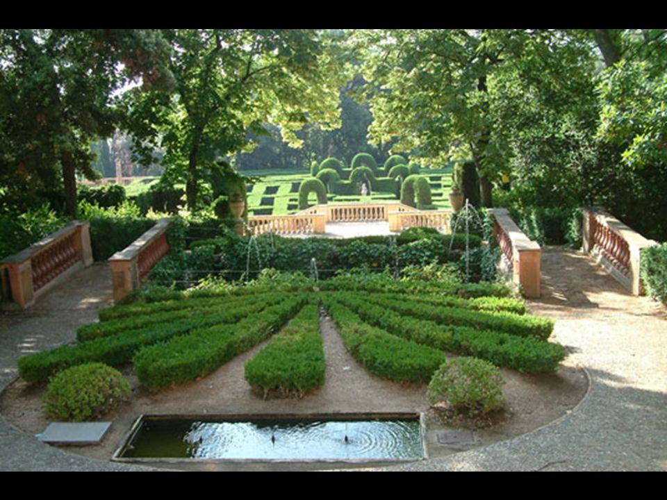 Vista d esde la tercera terraza donde se encuentra el Pabellón de las Musas y los parterres del jardín en descenso hacia el laberinto.