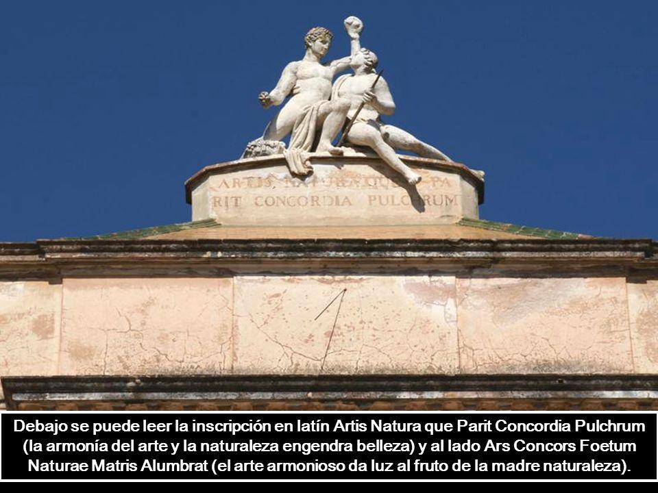Sobre el ático, las esculturas que representan el arte y la naturaleza