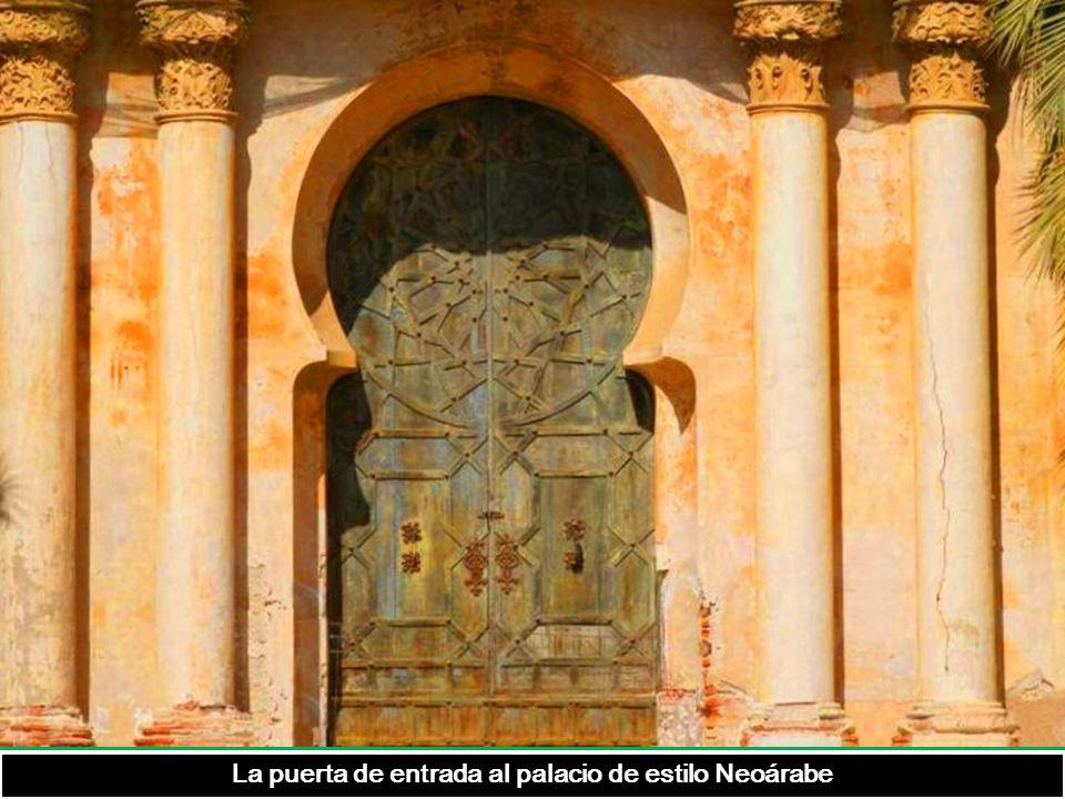 La puerta de entrada al palacio de estilo Neoárabe