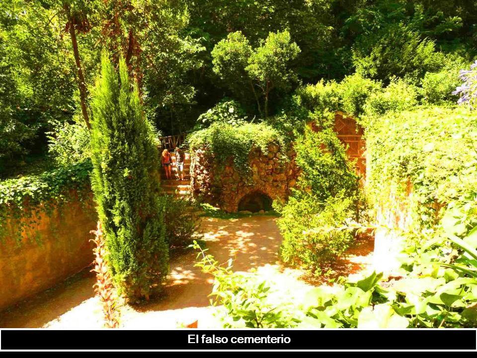 Casa de mimbre. parece ser que el jardín romántico fue construido para aludir al tema de la muerte (había una copia de un pequeño cementerio medieval,