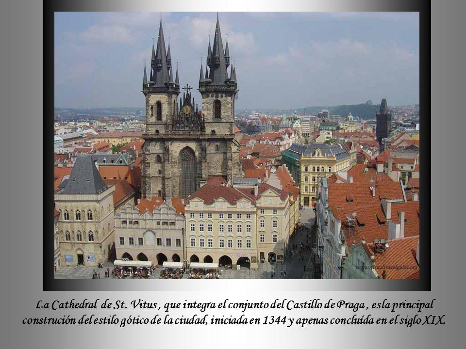 Un poco más adelante, se sitúa el espléndido puente de Carlos (Karlův most), construído a mediados del siglo XIV, donde las columnas están decoradas c