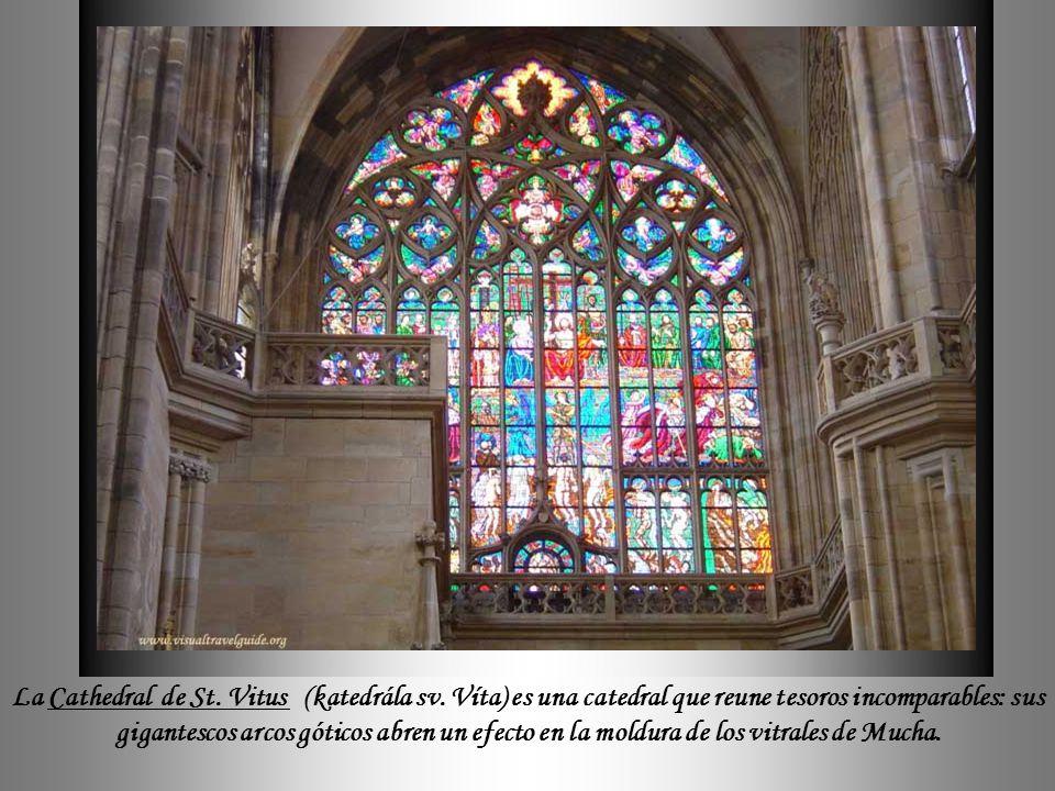 La Cathedral de St. Vitus, que integra el conjunto del Castillo de Praga, esla principal construción del estilo gótico de la ciudad, iniciada en 1344