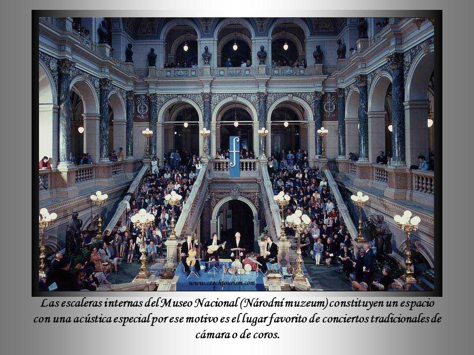 El Museo Nacional fue diseñado por Josef Schultz como un símbolo de Czech National Revival, y abriga el mayor y más antiguo museo checo.