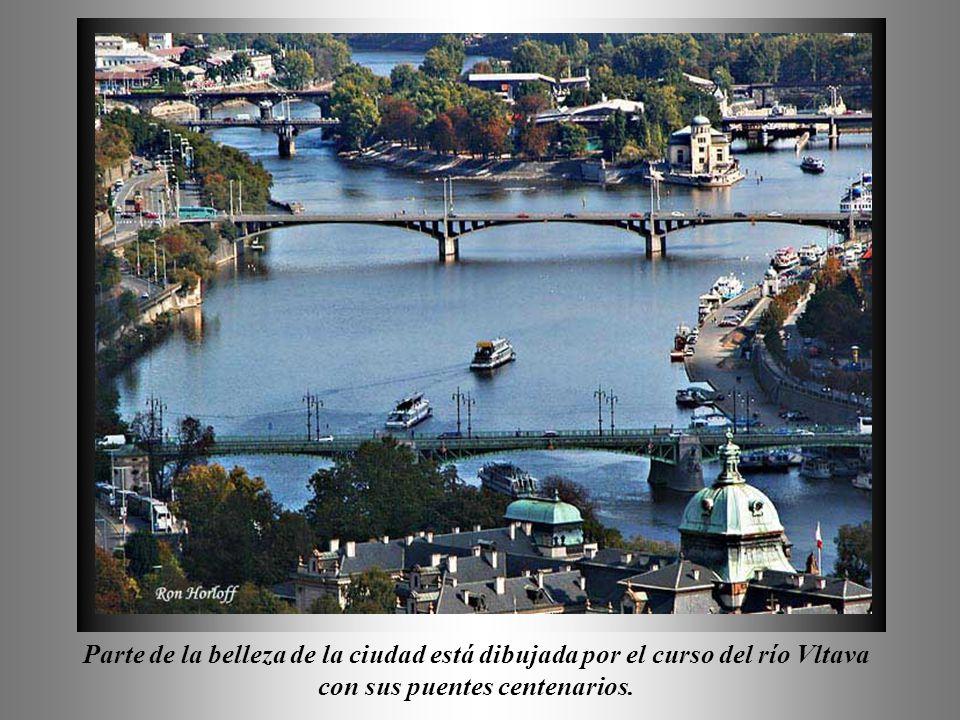 Parte de la belleza de la ciudad está dibujada por el curso del río Vltava con sus puentes centenarios.