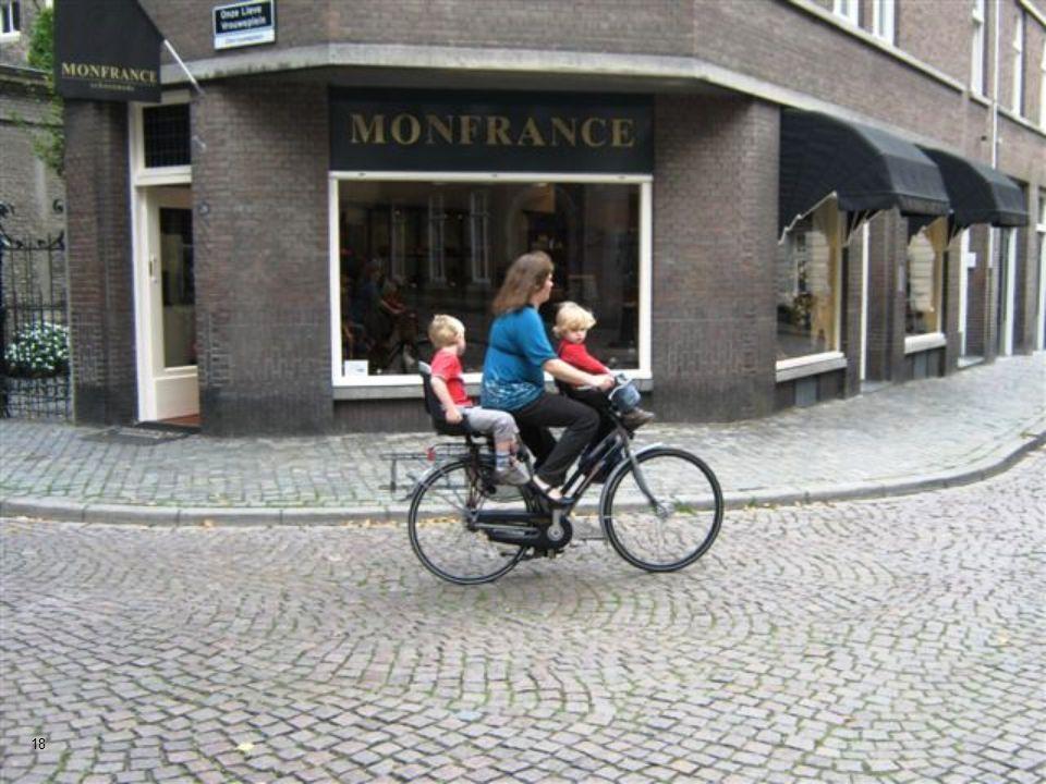 El centro de la ciudad es muy compacto, la mayoría de sus calles son peatonales. 17