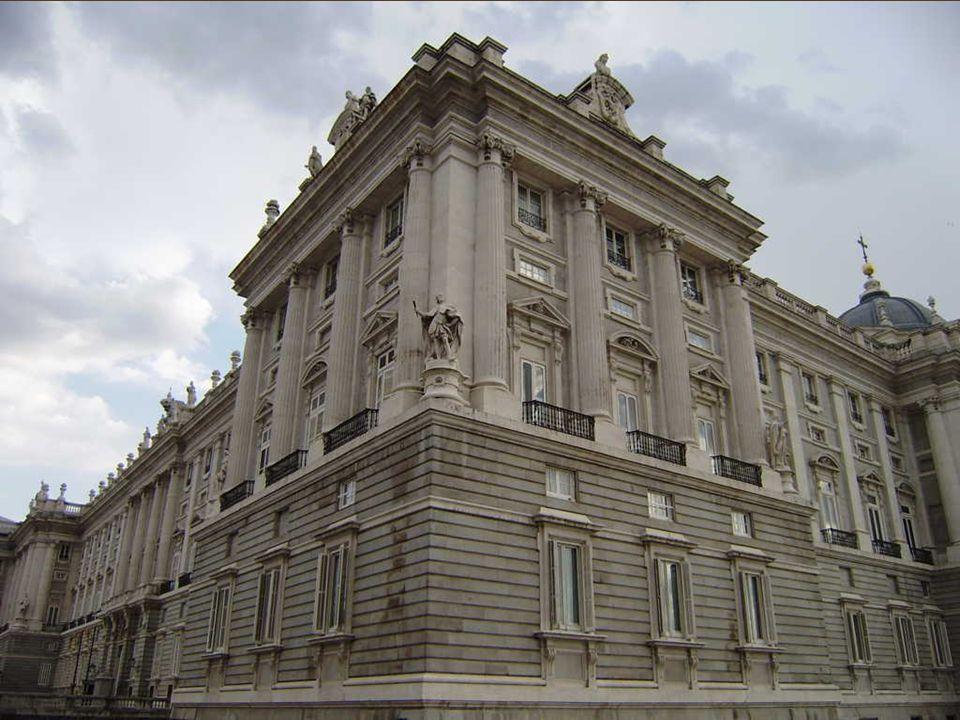 EL PALACIO REAL Felipe V encargó en 1735 erigir el palacio «más grandioso del mundo», según sus propias palabras, sobre las cenizas del Alcázar.