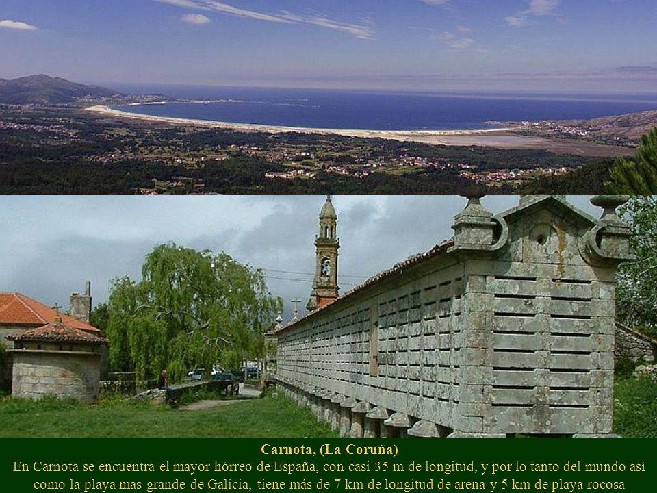 Laxe y su playa, (La Coruña) De 2 km. de extensión en el centro del pueblo y rodeada de un paseo marítimo.