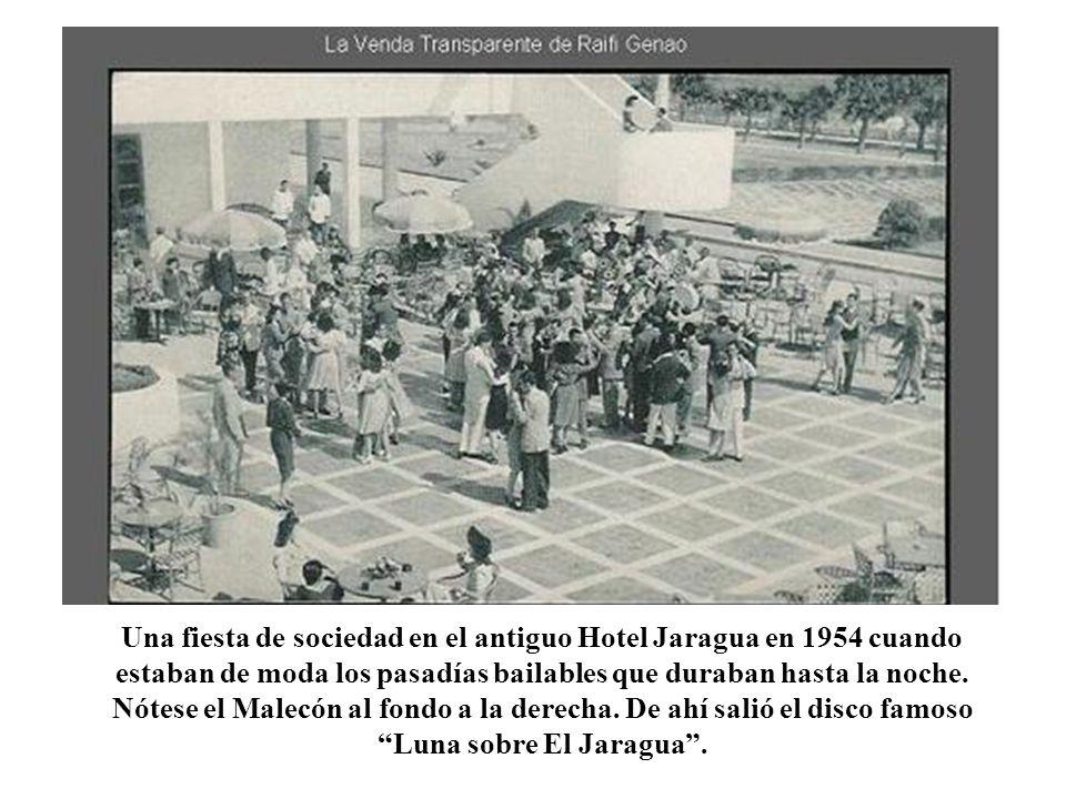 se Una fiesta de sociedad en el antiguo Hotel Jaragua en 1954 cuando estaban de moda los pasadías bailables que duraban hasta la noche. Nótese el Male