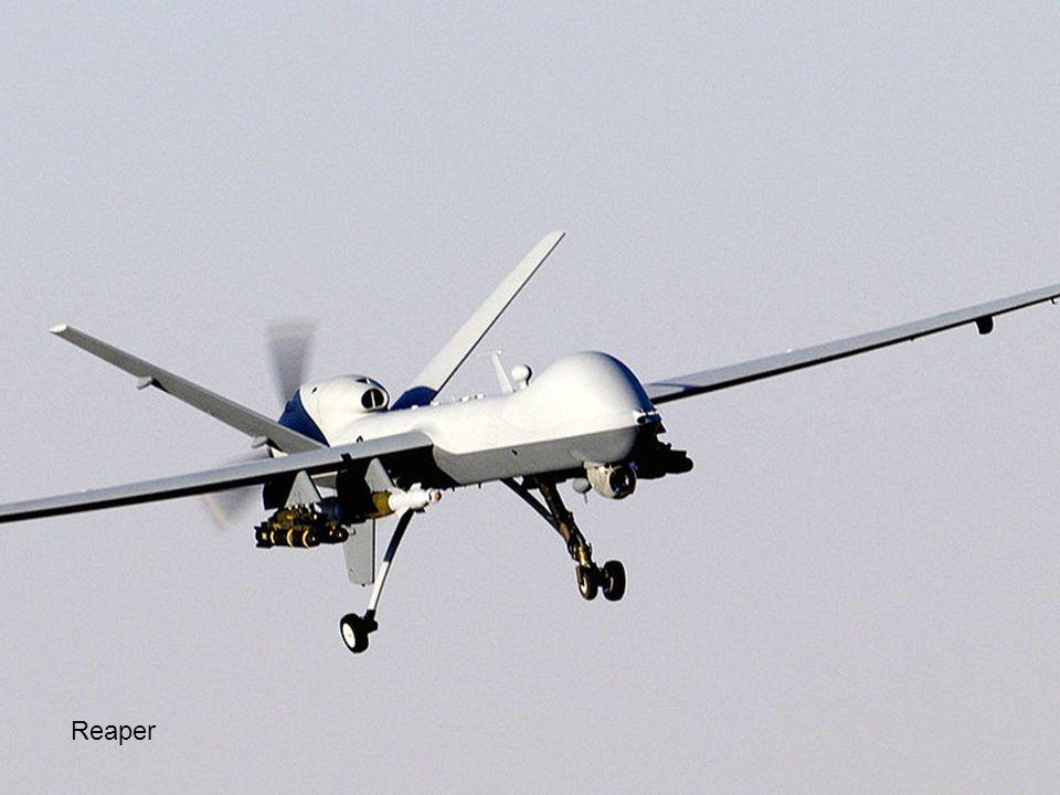 Pilotos en un centro de control de drones