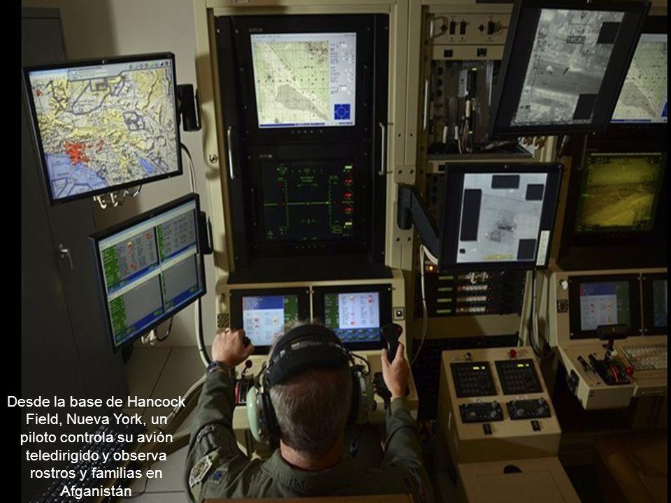 Desde la base de Hancock Field, Nueva York, un piloto controla su avión teledirigido y observa rostros y familias en Afganistán