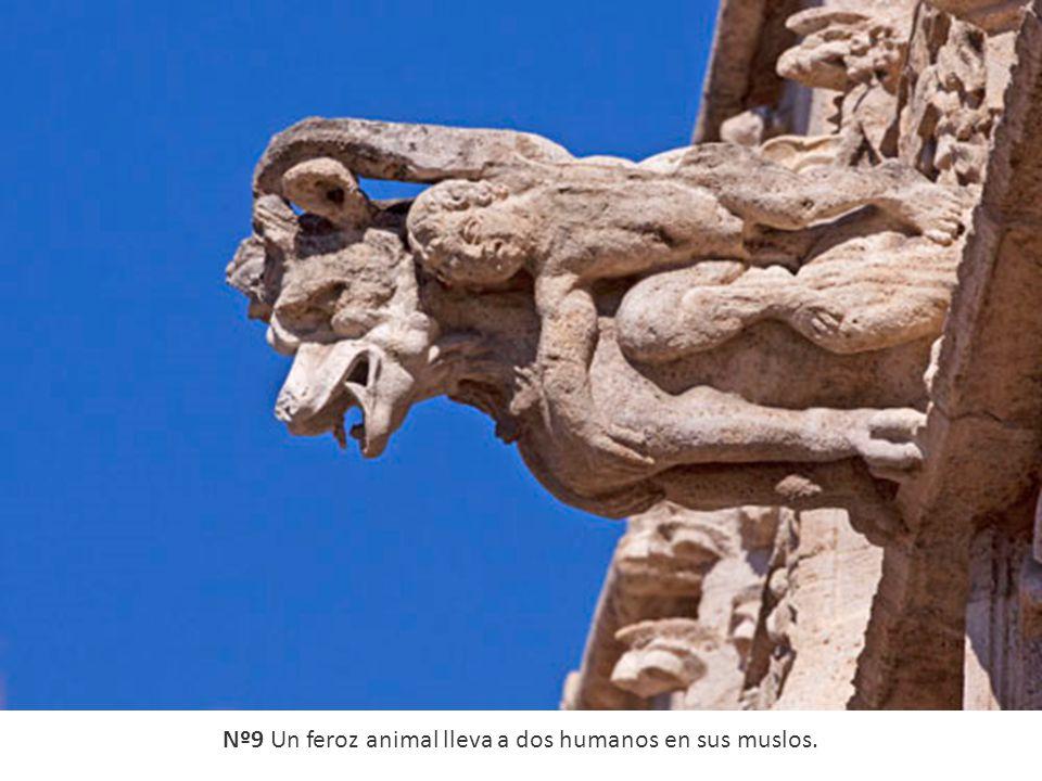 Nº9 Un feroz animal lleva a dos humanos en sus muslos.