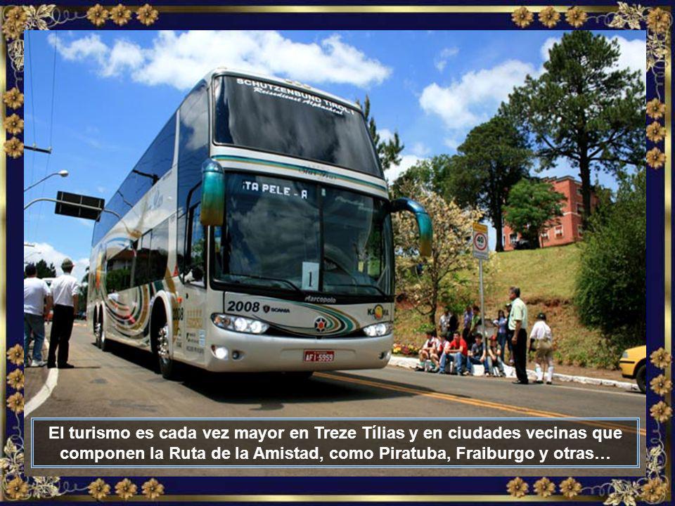 Av. Ministro João Gleophas, la principal avenida de Treze Tílias, como toda la ciudad, muy limpia y bien cuidada