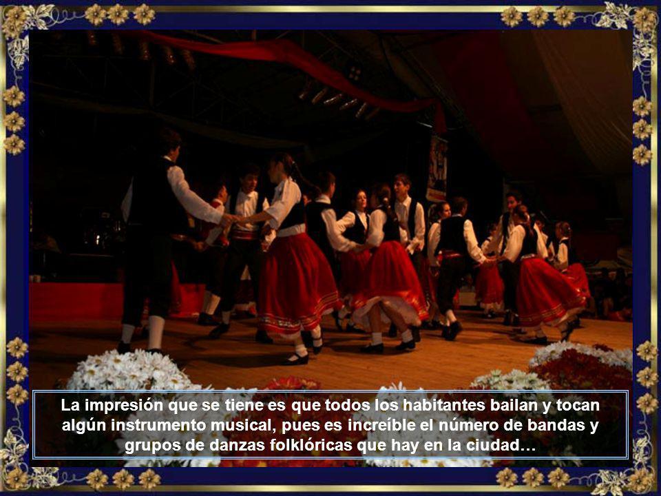 Un grandioso desfile con muchas canciones y danzas folklóricas, bandinhas, mucho chopp y deliciosos platos tiroleses, pueden ser apreciados durante la