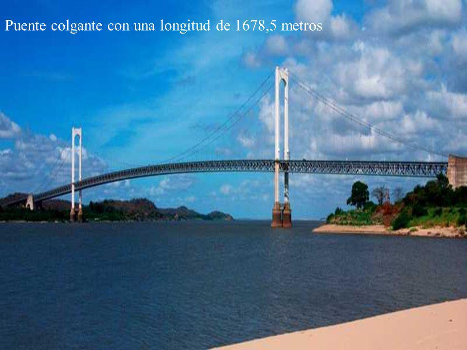 Vista desde el paseo Orinoco hacia el puente Puente colgante con una longitud de 1678,5 metros