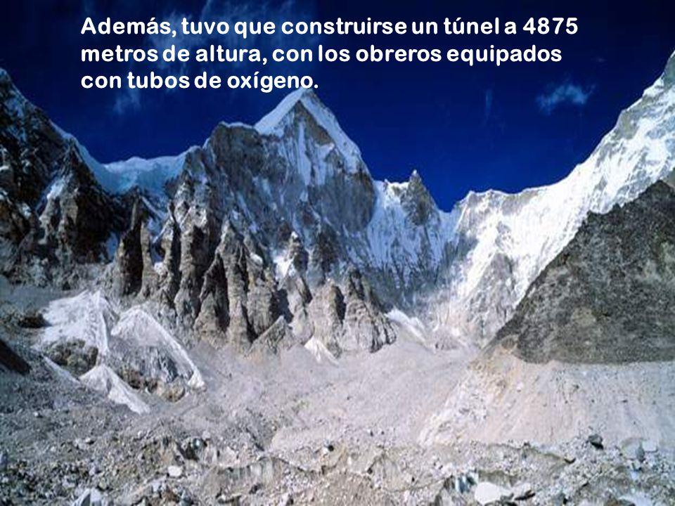 1. Las formidables barreras montañosas que había que atravesar, como, por ejemplo, la cadena Kunlun. En ella, la altitud promedio de la vía es de 4100