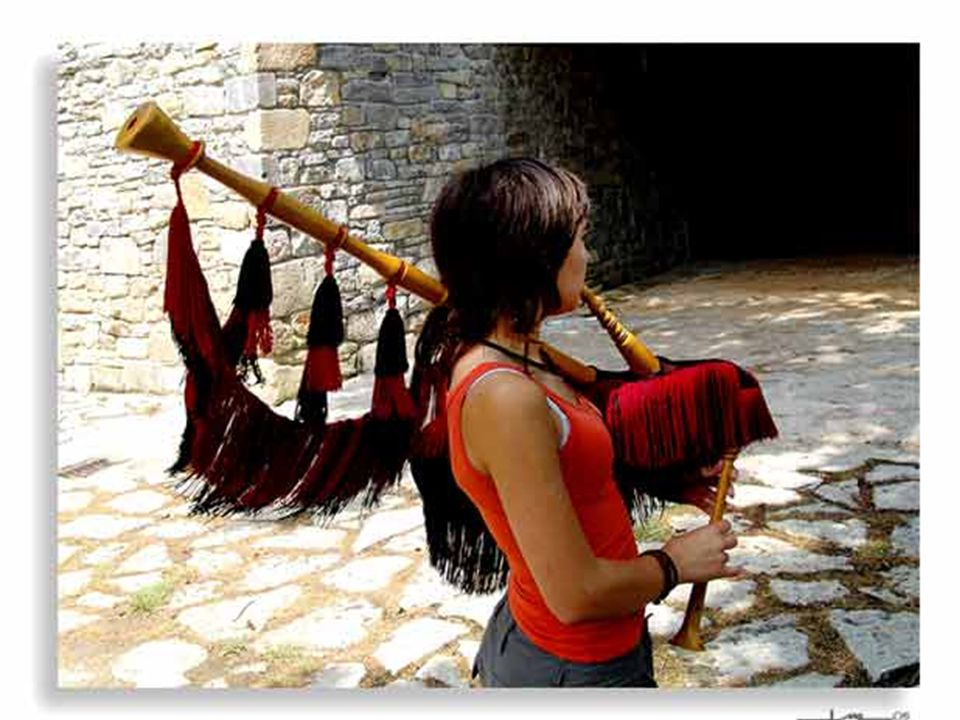 No uses el ratón Hoy vamos a pasear por Mieres, mientras escuchamos a Victor Manuel y su mujer, Ana Belén, cantando una canción muy antigua del folclo