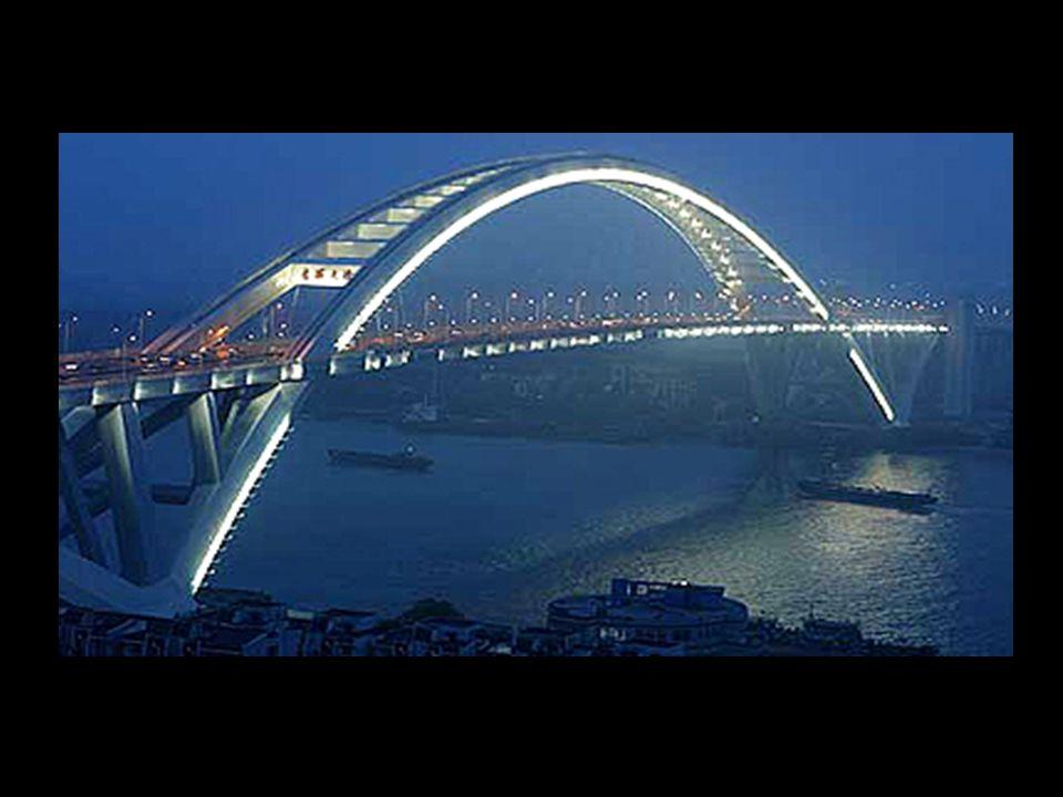 A Service Centre for visitors and tired drivers 29 Lo que hace realmente único al puente de la bahia de Hangzhou es que tiene un centro de servicio de 10,000 metros cuadrados justo en el medio.