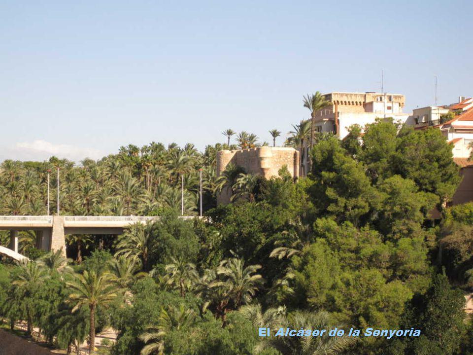 La torre de Calendura, se encuentra en las proximidades del Ajuntament dElx, Se trata de un reloj de autómatas construído por Alonso Gaytán en 1572. E