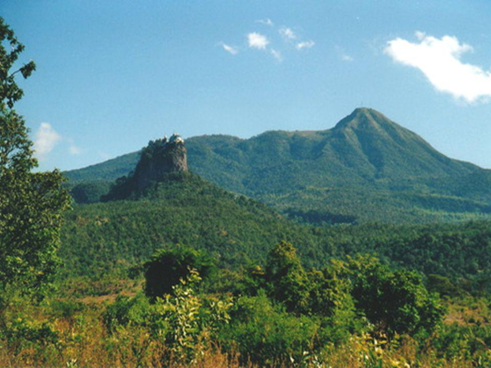 El Monte Popa es un oasis en el desierto central de Birmania.