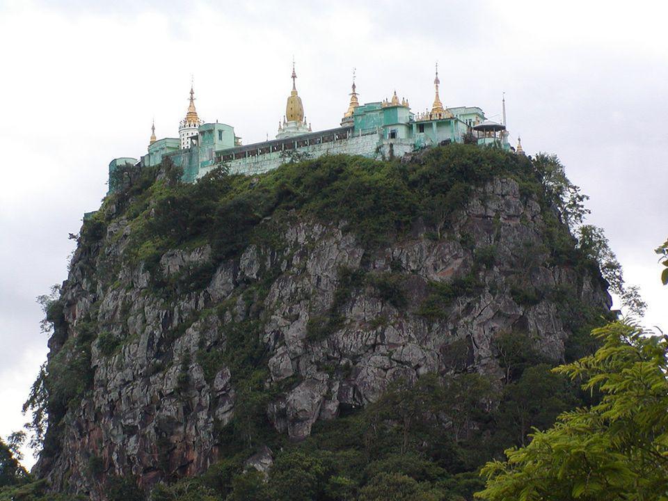 Después de ver el impresionante Monasterio comenzaremos diciendo que Taung Kalat significa El pedestal de la colina y con mucha razón, puesto que la construcción se encuentra increíblemente situada justo encima del Monte Popa en Burma.
