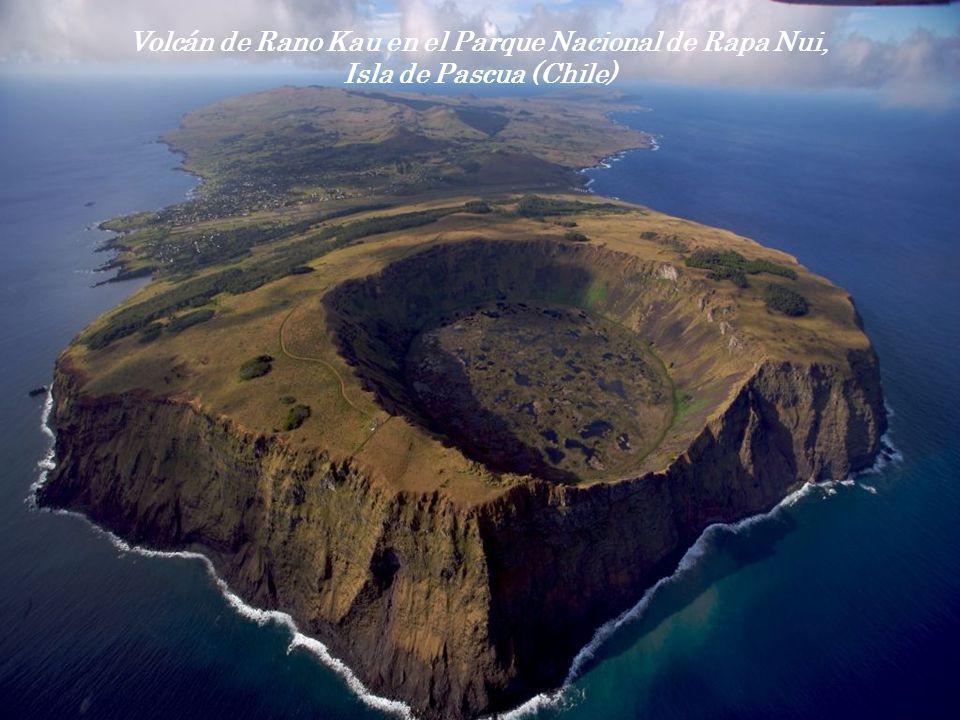 Volcán de Rano Kau en el Parque Nacional de Rapa Nui, Isla de Pascua (Chile)