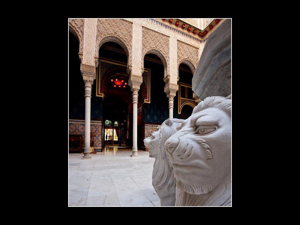 Patio central que reproduce el Patio de los Leones de la Alhambra de Granada.