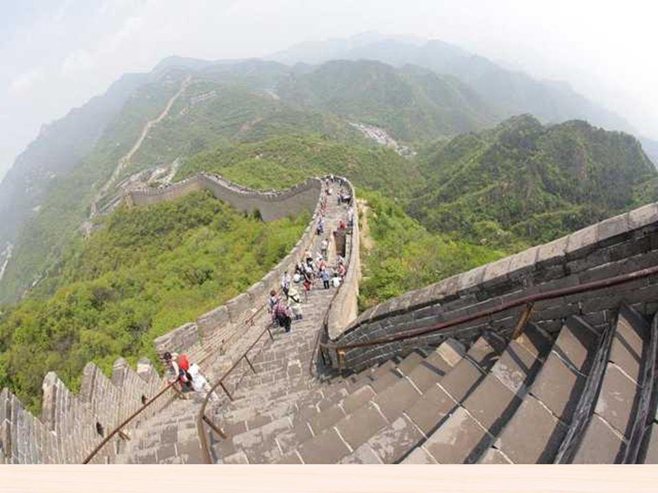 La gran muralla china es una antigua fortificación construida para proteger el imperio de china desde el año III A.C. Tiene más de 6.000 kilómetros de