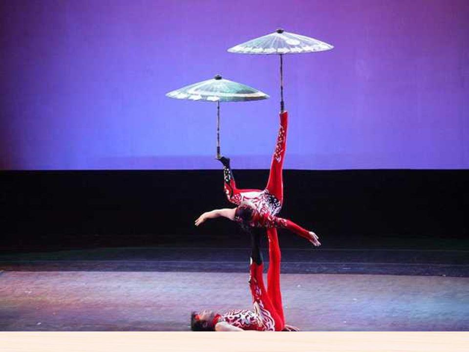Espectáculos de acrobacia china La acrobacia china es un arte con una historia milenaria. En los tiempos de las primaveras y de los otoños ( siglo XI