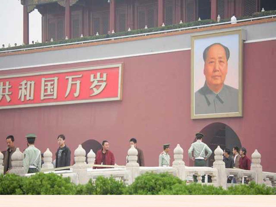 Plaza de Tiananmen Fue construida e ideada dentro del plan urbanístico de la capital realizado tras 1949, siendo el símbolo de la Nueva China. Con su