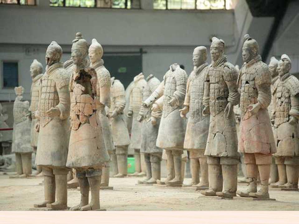 El ejército consiste en más de 7.000 figuras de guerreros y caballos de terracota a tamaño real, que fueron enterrados con el autoproclamado primer em