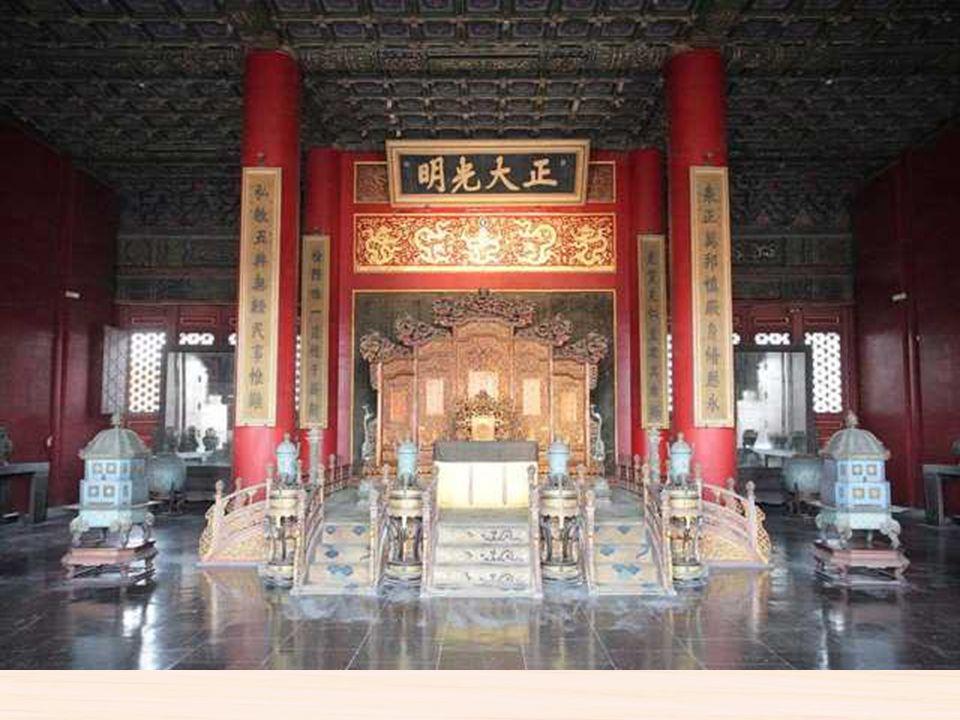 Está localizada en el centro exacto de la antigua Pekín, fue el palacio imperial durante las Dinastías de Ming y Quang. Así como sede del gobierno chi