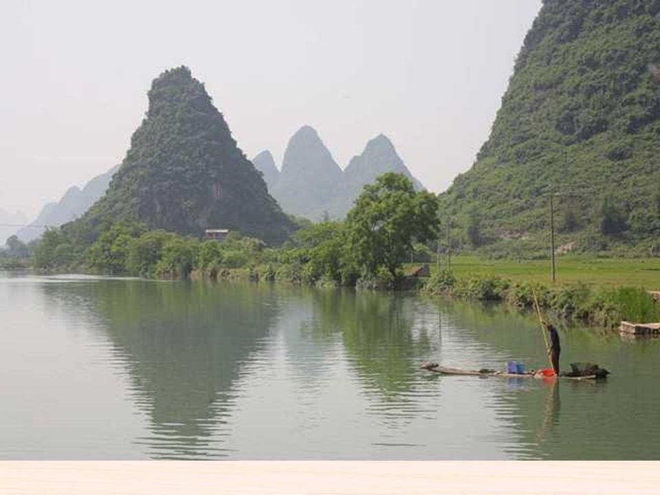 Paisajes del Río Yulong - Guilin Esta peculiar orografía esta formada por pequeñas colinas de origen calcáreo que emergen de unos campos llanos inunda