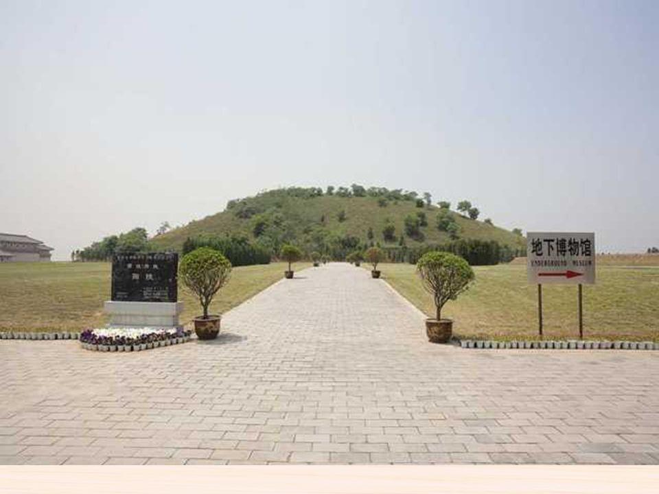 Está localizada en el centro exacto de la antigua Pekín, fue el palacio imperial durante las Dinastías de Ming y Quang.